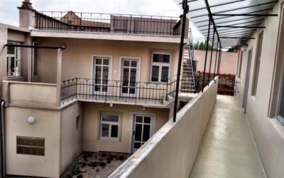 pohled na byt/dům z pavlače
